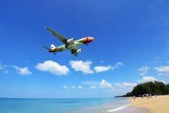 L'atterrissage d'avion à l'aéroport de Phuket au-dessus de Mai Khao Beach Photos libres de droits