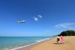 L'atterrissage d'avion à l'aéroport de Phuket au-dessus de Mai Khao Beach Photos stock
