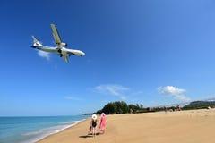 L'atterrissage d'avion à l'aéroport de Phuket au-dessus de Mai Khao Beach Photographie stock