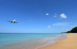 L'atterrissage d'avion à l'aéroport de Phuket au-dessus de Mai Khao Beach Image stock
