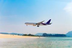 L'atterrissage d'avion dans l'aéroport de Phuket et les gens observent Image libre de droits