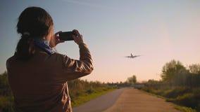 L'atterrissage d'avions et décolle à l'aéroport banque de vidéos