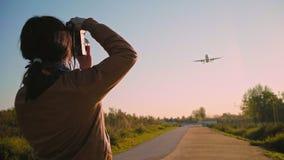 L'atterrissage d'avions et décolle à l'aéroport clips vidéos