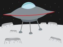 L'atterrissage d'UFO sur un cratère aiment la planète Photos stock