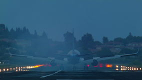 l'atterrissage d'un avion de passagers clips vidéos