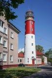 L'attrazione di piccola città della spiaggia è un vecchio faro di colore rosso Immagini Stock