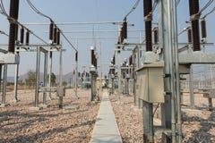 L'attrezzatura ad alta tensione nella sottostazione elettrica all'aperto Fotografia Stock Libera da Diritti