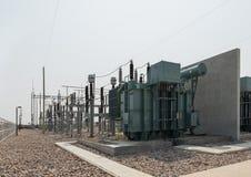 L'attrezzatura ad alta tensione nella sottostazione elettrica all'aperto Immagine Stock