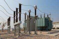 L'attrezzatura ad alta tensione nella sottostazione elettrica all'aperto Fotografia Stock