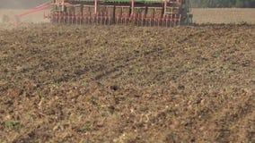 L'attrezzatura complessa del seminatore della seminatrice coltiva i raccolti della scrofa in suolo 4K stock footage