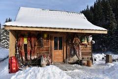 L'attrezzatura dell'esplorazione della caverna ha appeso su una cabina di legno Fotografia Stock Libera da Diritti