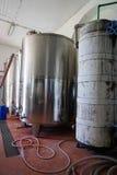 L'attrezzatura della fabbrica contemporanea dell'enologo con stell barrels Immagini Stock