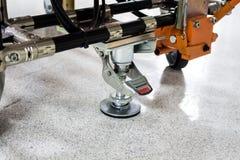 L'attrezzatura della serratura a terra del carretto nell'industriale elettronico Fotografie Stock