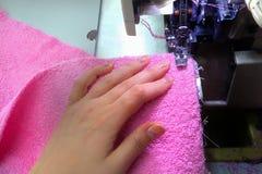 L'attrezzatura di cucito, mani del ` s delle donne cuce immagini stock libere da diritti