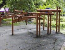 L'attrezzatura di esercizio della barra parallela nel parco Immagini Stock