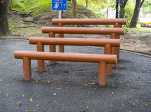 L'attrezzatura di esercizio della barra parallela nel parco Immagine Stock