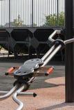 L'attrezzatura di esercizio di gambe in parco pubblico e la gomma sorgono fotografia stock