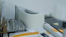 L'attrezzatura moderna nel laboratorio biochimico è un analizzatore robot del computer video d archivio