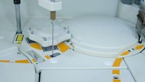 L'attrezzatura moderna nel laboratorio biochimico è un analizzatore robot del computer archivi video