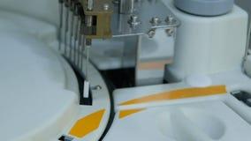 L'attrezzatura moderna nel laboratorio biochimico è un analizzatore robot del computer stock footage