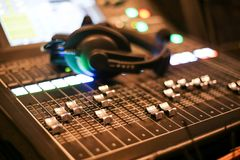 L'attrezzatura per controllo del tecnico del suono nella stazione televisiva dello studio, l'audio e lo scambista di produzione d immagini stock libere da diritti