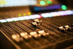 L'attrezzatura per controllo del tecnico del suono nella stazione televisiva dello studio, l'audio e lo scambista di produzione d fotografia stock libera da diritti