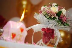 L'attribut de mariage sur une table Photos stock