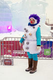 L'attrice della via nella posa del costume di carnevale per le foto da ghiaccio calcola a Mosca Fotografie Stock