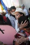L'attrice Ofelia Medina durante la protesta abbraccia un woaman Fotografie Stock