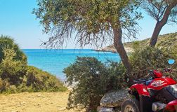 L'ATV est garé sur le bord de la mer sur l'île de Thassos, Grèce vue du beau paysage images libres de droits