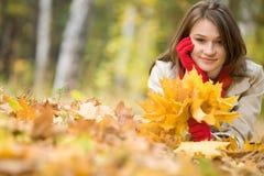 l'au sol de fille a poussé des feuilles Images stock
