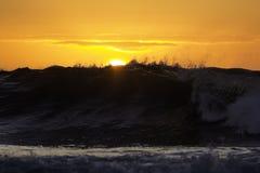 L'aube ondule la mer d'océan de lever de soleil Photo stock