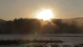 L'aube sur la rivière avec le brouillard banque de vidéos