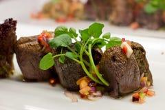 L'aubergine bourrée du riz et les légumes frais sur un blanc plat Photo libre de droits