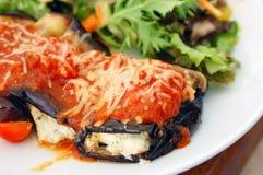 L'aubergine cuite au four a rempli de tomate et de fromage Images libres de droits