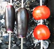 L'aubergine et les tomates sur la brochette sur le feu Photo stock