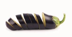 L'aubergine ou l'aubergine et le persil poussent des feuilles sur le blanc Photographie stock libre de droits
