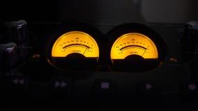 L'audio analogico misura i dischi con un contatore di musica di vecchio stile video stock footage