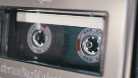 L'audio cassetta è inserita nella piattaforma del registratore di cassetta audio che gioca e gira archivi video