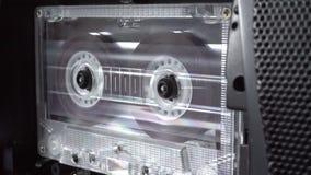 L'audio cassetta che gioca le vecchie retro bobine di nastro diffonde il concetto di musica di dancing di attacco stock footage