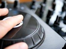 L'audio digitale DJ di musica da ballo elettronica innesta con le manopole, faders, ad un festival del edm fotografia stock