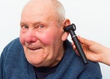 L'audition du patient plus âgé de essai avec Auroscope Images stock