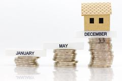L'augmentation de la quantité chaque mois, enregistrant l'argent pour la maison d'achat Utilisation d'image pour l'épargne qui ré Photos libres de droits