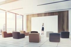 L'aula dell'ufficio ha colorato il lato del primo piano delle sedie, ragazza Fotografie Stock Libere da Diritti