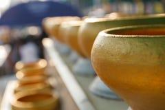 L'aumône d'or de moine bouddhiste roule pour que les personnes donnent l'argent images stock