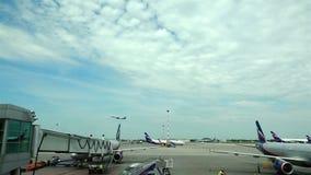 L'aumento degli aerei di Boeing con l'aeroporto di Sheremetyevo della pista nel cielo nuvoloso blu archivi video