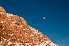 L'aumento della luna dietro la montagna Fotografie Stock