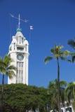 L'aumento di Aloha Tower sopra le palme Fotografia Stock