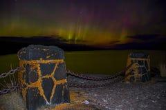 L'aurora boreale balla sopra la riva del nord del lago Superiore nel Minnesota immagini stock libere da diritti