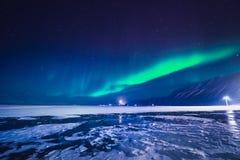 L'aurora boreale nelle montagne delle Svalbard, Longyearbyen, Spitsbergen, carta da parati della Norvegia fotografia stock libera da diritti